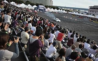 モータースポーツジャパン2011にてシトロエンフラッグプレゼント