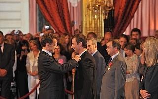 サルコジ大統領、ローブの功績を讚えて勲章を授与