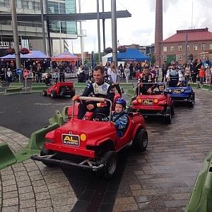 ラリー前には「ミート・ザ・キッズ」という子供たちと一緒に走る企画があった。将来ラリードライバーになってくれるといいな。