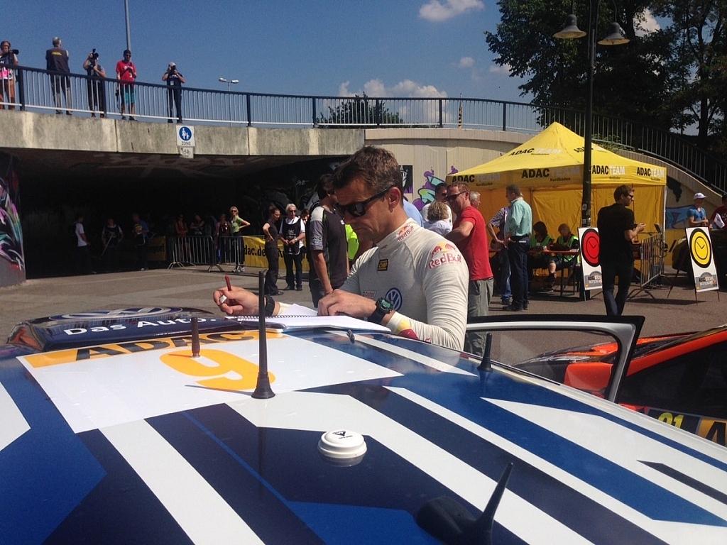 コ・ドライバーのオーラ・フローネはルートノートクルーと電話で連絡を取り合ったあと、ペースノートを修正しなくてはならない。しかし必ずしもデスクの上で書き取ることができるわけではないんだ。これがWRCの大変なところでもあり、面白いところでもあるよね。
