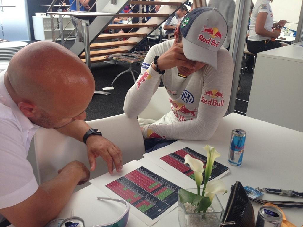 EVENマネージメントのスポーティングディレクター、ロイ・スネリンゲンとスプリットタイムを分析しているところ。