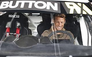 F1のバトンとクルサードがラリークロスをドライブ