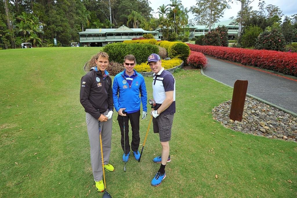 チームメイトのヤリ-マティ・ラトバラとミーカ・アンティラとゴルフを楽しんだ。