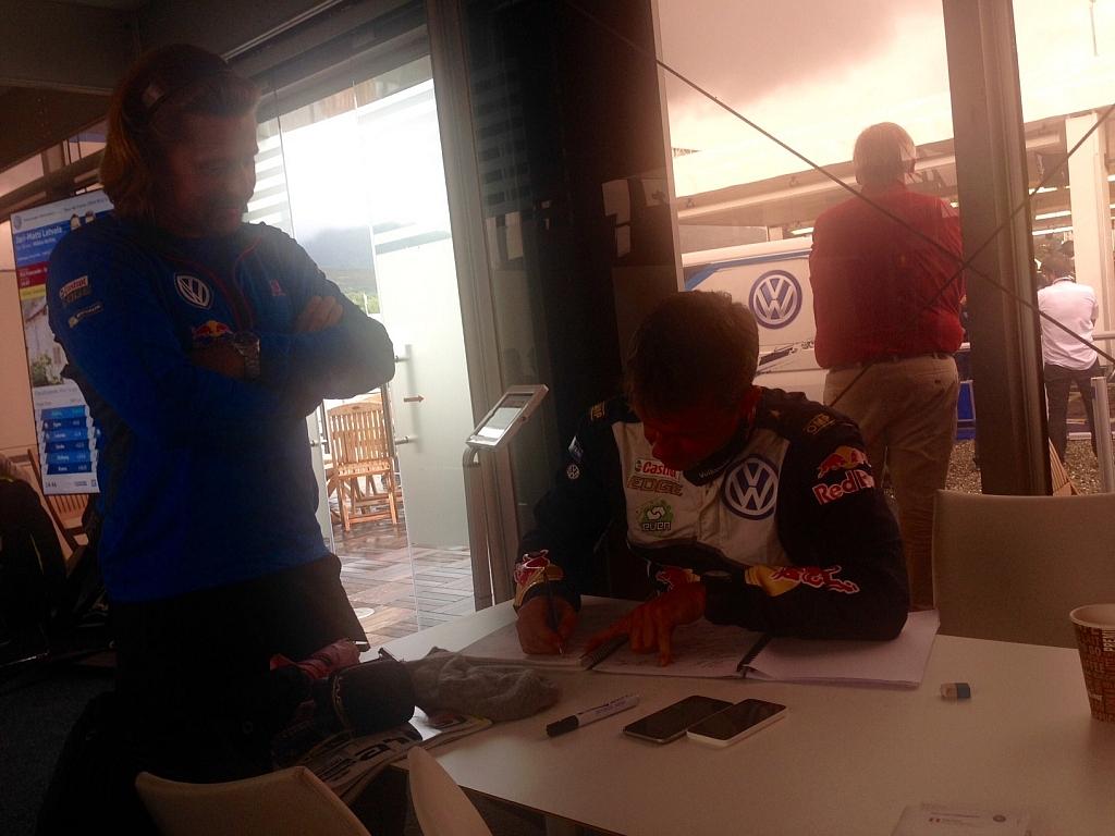 セーフティークルー、ティモ・アランネの情報をもらってコドライバーのオーラ・フローネはペースノートを変更する。