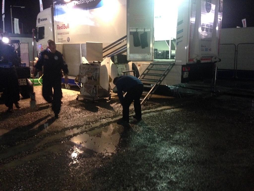 今回のラリーではとにかくすごい降雨量だった。サービスから雨水をどうやって排水するか、メカニックたちはすごく悩んでいた。溝を掘ったり、様々な方法を試みていたよ!