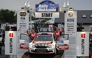 APRC北海道:ラリーが開幕、選手権リーダーのベイビーがトップ発進