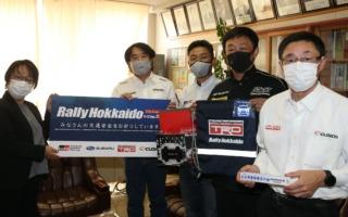 全日本ラリー北海道:ラリードライバーと大会事務局が、地元小学校に交通安全グッズなどを寄贈